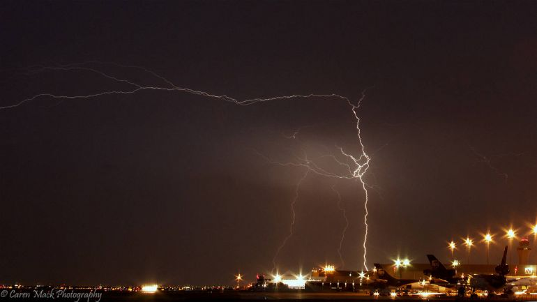 Калейдоскоп, В аэропорту Копенгагена в самолёт ударила молния | В аэропорту Копенгагена в самолёт ударила молния