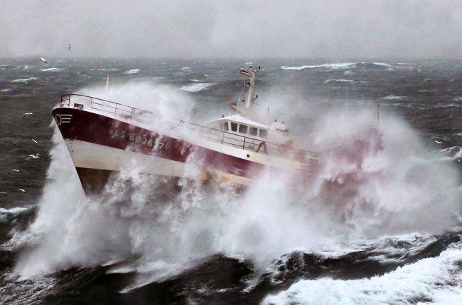 Общество, В Норвегии спасли двух рыбаков, оказавшихся в открытом море |