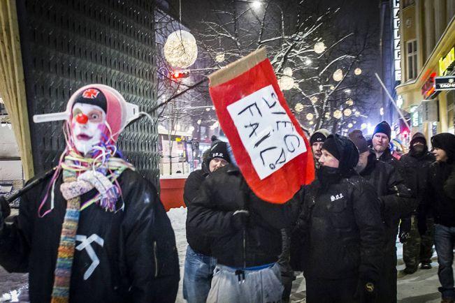 Общество, Финские клоуны взялись охранять местных националистов | Финские клоуны взялись охранять местных националистов