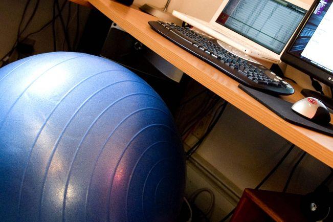 Общество, В норвежской школе стулья заменили резиновыми шарами | В норвежской школе стулья заменили резиновыми шарами