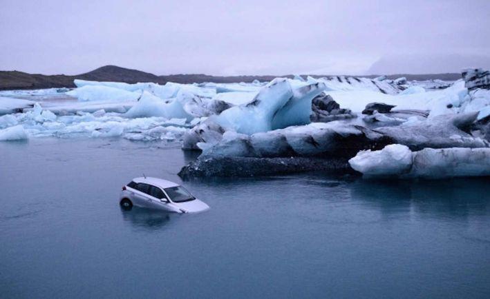 Туризм, Арендованная машина отправилась плавать среди исландских айсбергов | Арендованная туристами машина отправилась плавать среди исландских айсбергов