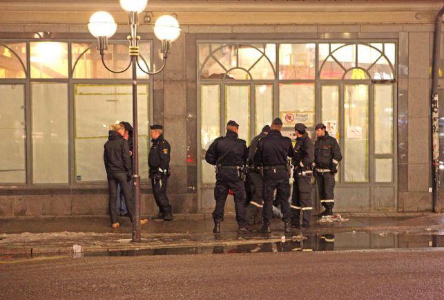 Общество, Полиция применила оружие во время беспорядков в пригороде шведской столицы | Полиция применила оружие во время беспорядков в пригороде шведской столицы