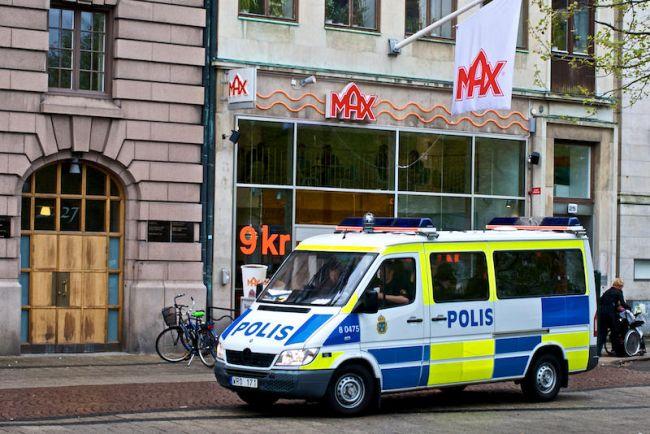 Общество, Напавшего на иммигрантов шведского неонациста социальные сети назвали «мусульманским террористом» | Напавшего на иммигрантов шведского неонациста социальные сети назвали «мусульманским террористом»