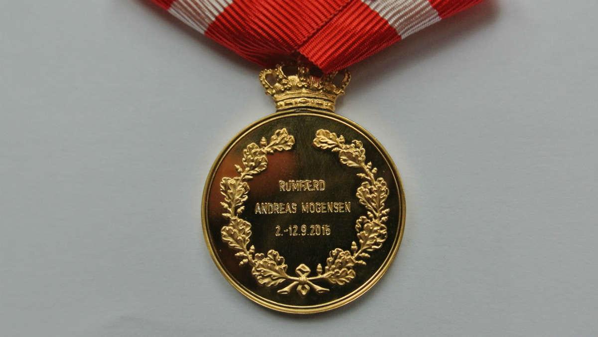 Fotograf: Sara Rosenkilde Kristiansen, Kongehuset © «Золотая с короной» медаль Воздаяния вручается крайне редко, «золотая с короной и дарственной надписью» - высшая степень награды - и того реже.