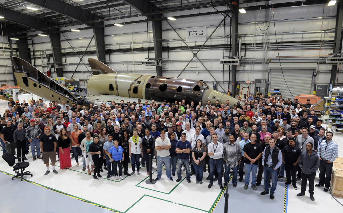 Фото: Virgin Galactic / Our team in Mojave has now completed an important milestone in the process of assembling and integrating the second SpaceShipTwo: on May 21st, the second SpaceShipTwo was lowered onto its own landing gear for the first time.