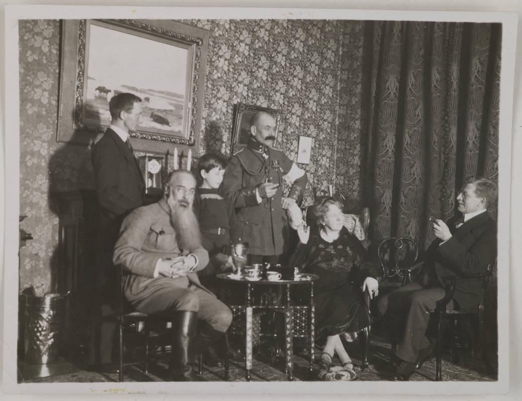 Gallen-Kallelan Museo / Akseli Gallen-Kallela with Mascha Heiroth, Dr. Perrit, Sigurd Wettenhovi-Aspa, Emil Wikström and a child in Helsinki, 1919;