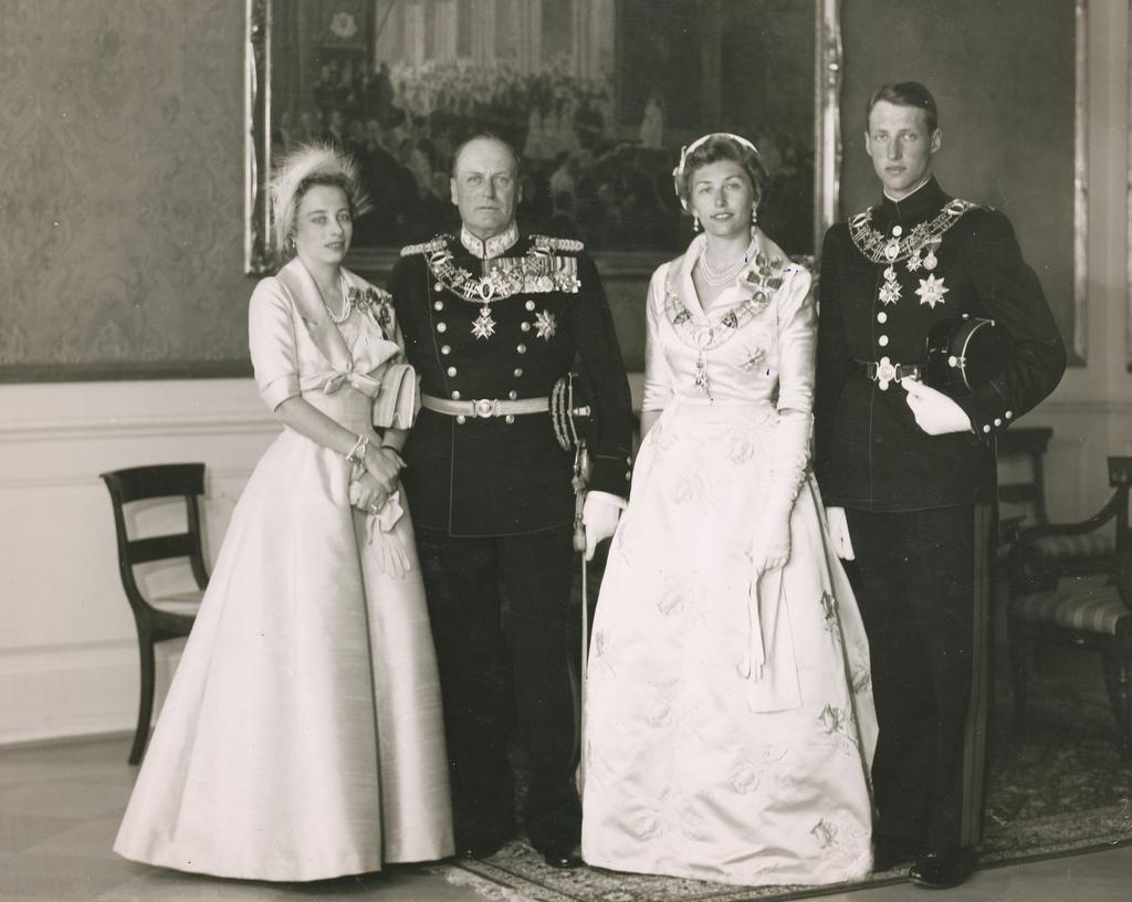 Kongefamilien i Stiftsgården (1958)/ Princess Ragnhild, Olav V, Princess Astrid, Harald V