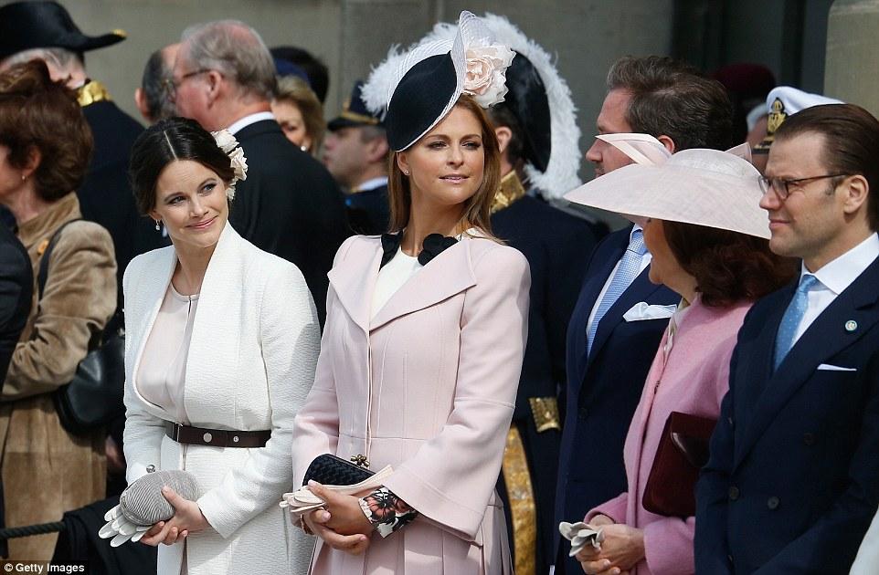 Принцесса София, слева, и принцесса Мадлен, в центре, добавили гламура празднику.
