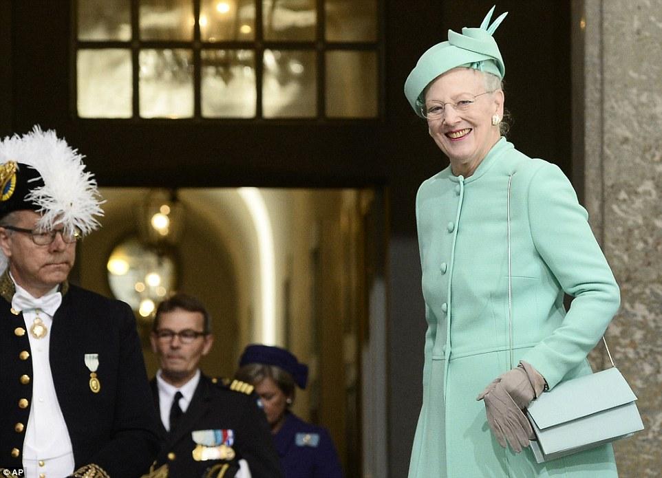 Одной из приглашенных на торжество королевских особ была королева Дании Маргрете, в бирюзовом наряде, с сумочкой и шляпкой в тон.