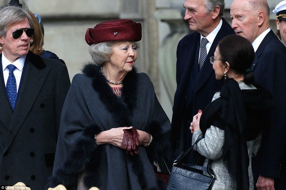 В центре: принцесса Беатрикс, правившая Нидерландами с 1980 года до своего отречения в 2013 году, была в числе высоких гостей.