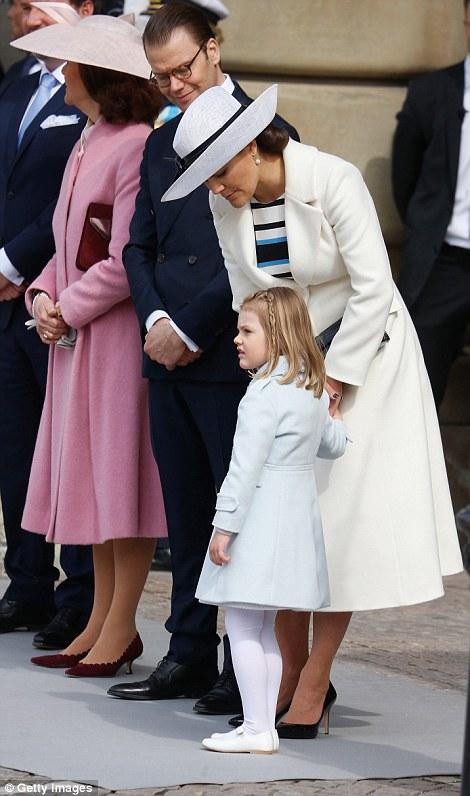 С мамой, машет рукой в камеры, оказавшись в центре внимания во время королевских торжеств
