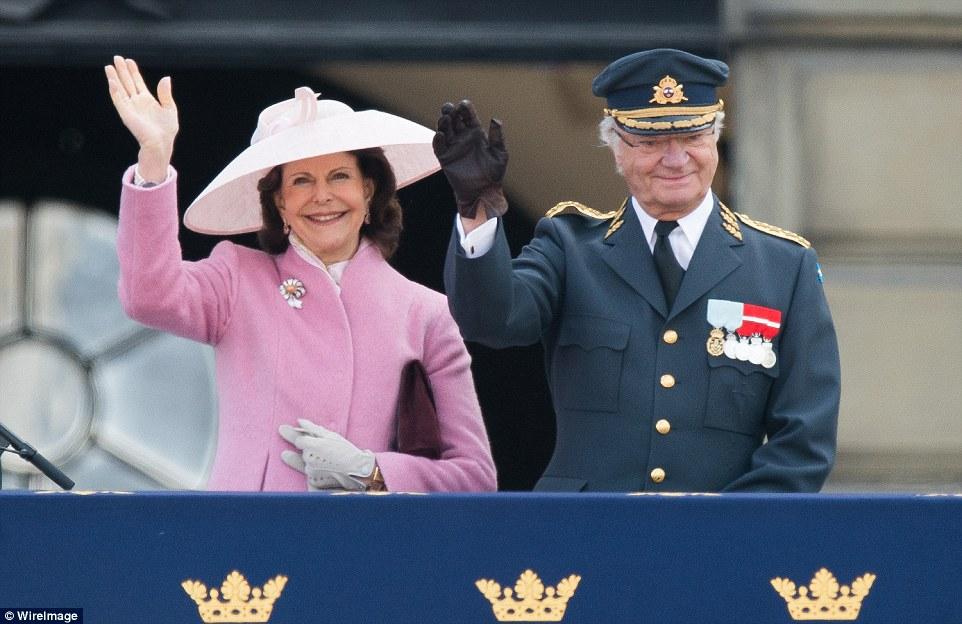 После молебна и торжественного выезда, король Карл Густав и королева Сильвия вышли для приветствия к зрителям.