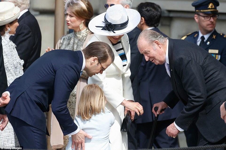 Принцессу не обошли вниманием и высокие гости: с бывшим королем Испании Хуаном Карлосом,справа, уделившим минутку для разговора с Эстель.
