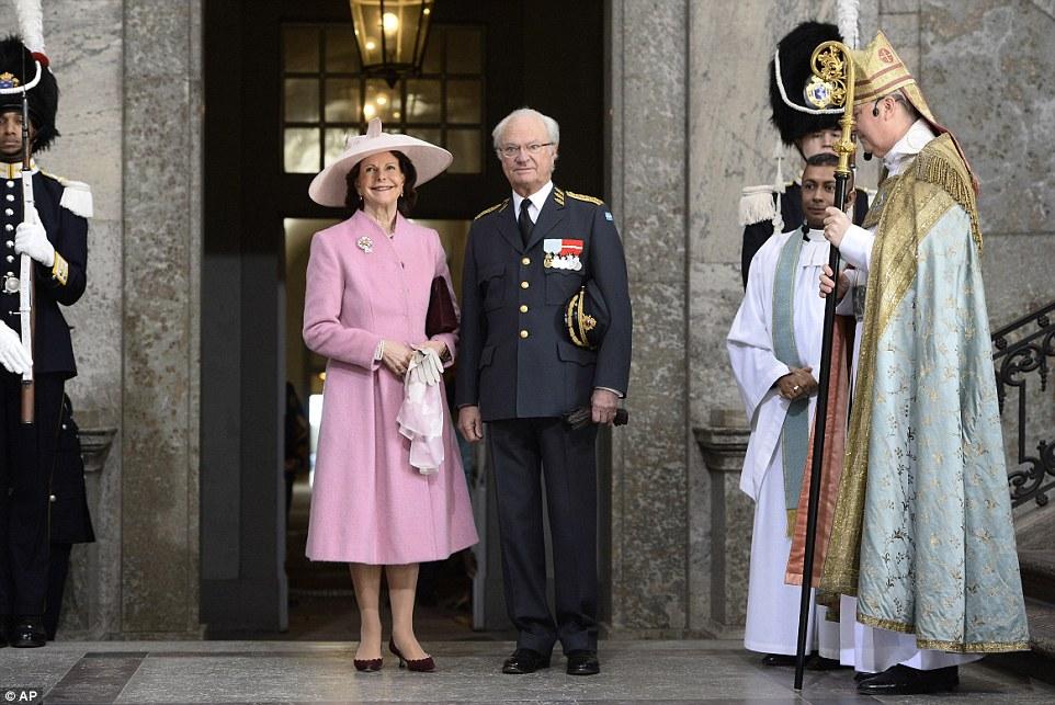 На снимке: король Карл Гюстав в военной форме и королева Сильвия во время торжественного молебна в королевском дворце в Стокгольме.
