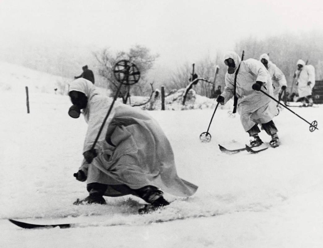 Финский музей Фотографии/ Учения финского щюцкора в противогазах, 1939 г.