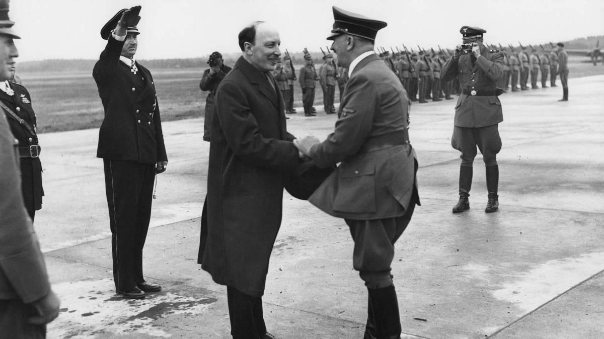 Финский музей Фотографии / 1942, Финляндия, Президент Финляндии Ристо Рюти встречает Адольфа Гитлера в аэропорту