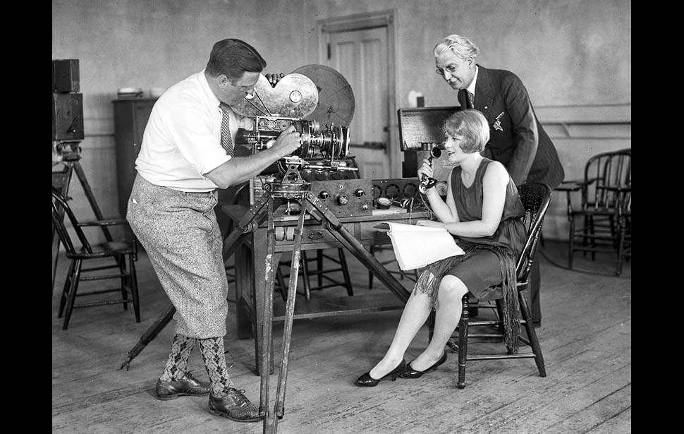 Michael Ryerson / Anita Page learns to speak, 1928. / Актриса немого кино Анита Пейдж, в киностудии Metro-Goldwyn-Mayer, учится говорить с помощью телеграфона Поульсена. Анита Пейдж в 1929 г. снялась в