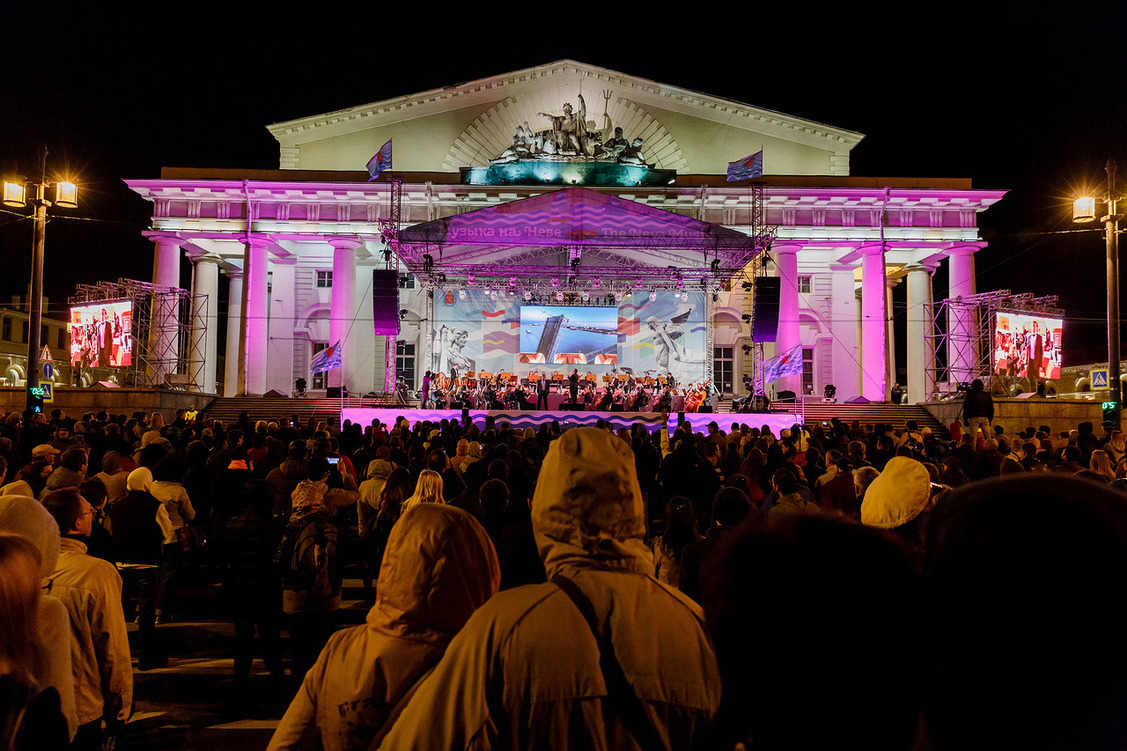 Петербургская погода не стала помехой фестивалю. Музыкальный праздник на Неве посетили более 15 тысяч человек.