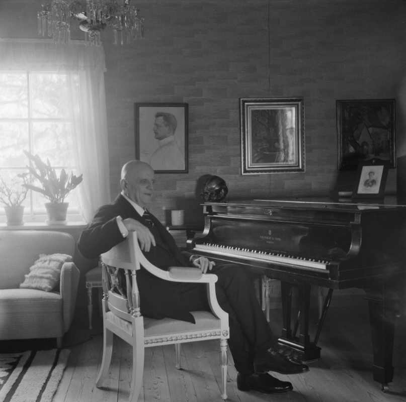 The Finnish Museum of Photography / Suomen valokuvataiteen museo / Santeri Levas: Jean Sibelius, 1940-1945, Järvenpää. Digitized original negative