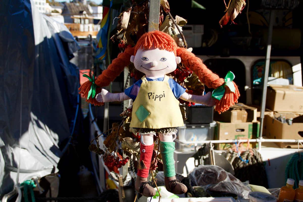 Фото: ScandiNews. В происходящем на Рыночной площади Хельсинки ощущается некоторая доля театральности, как на устраиваемых по всей Финляндии на протяжение лета «средневековых ярмарках».