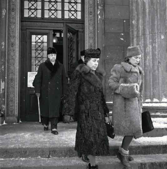 Фото: Освальд Хеденстрём. Жену Герду Рюти и дочь Еву Саксен удалили из зала суда 16 ноября 1945 года.