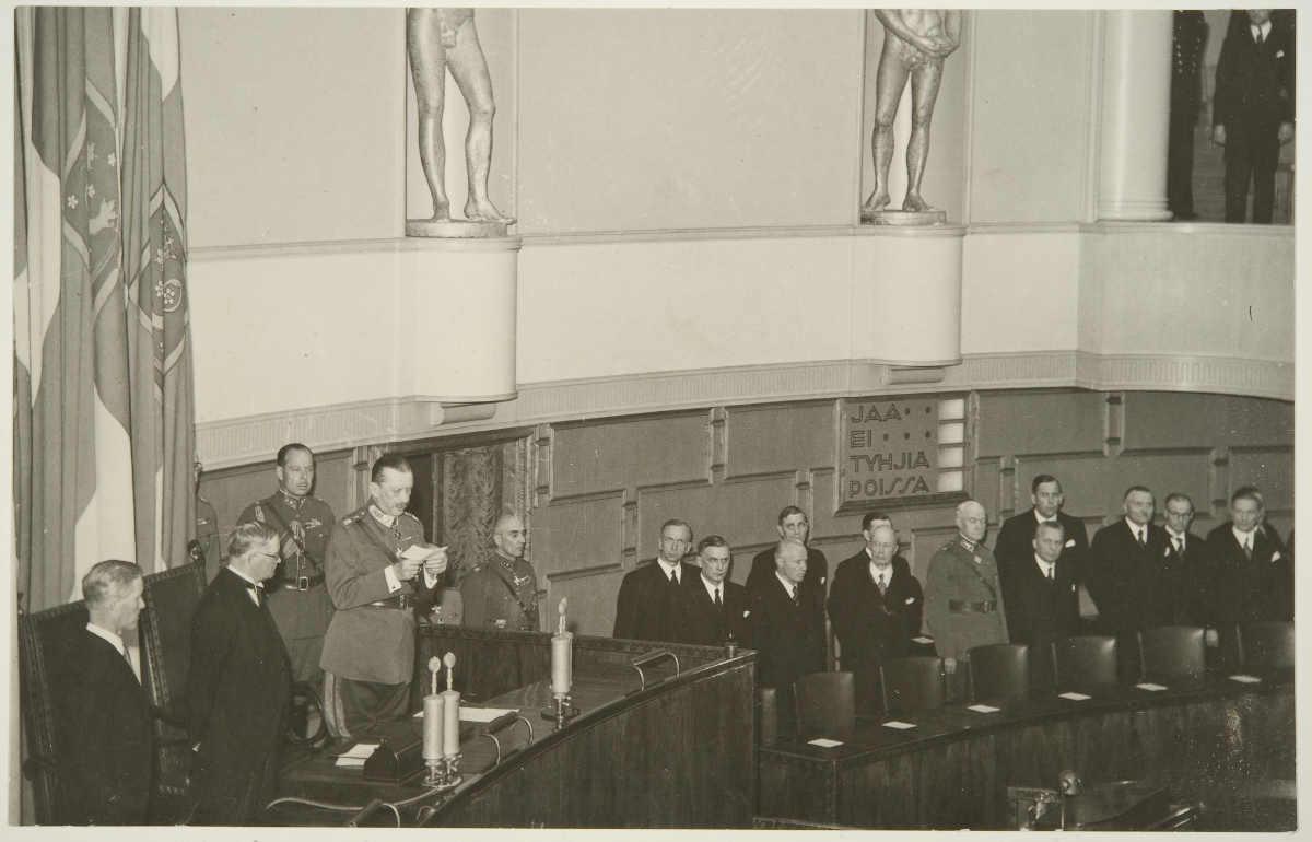Фото: Музей финской фотографии. Манергейм присягает в парламенте 08/04/1944