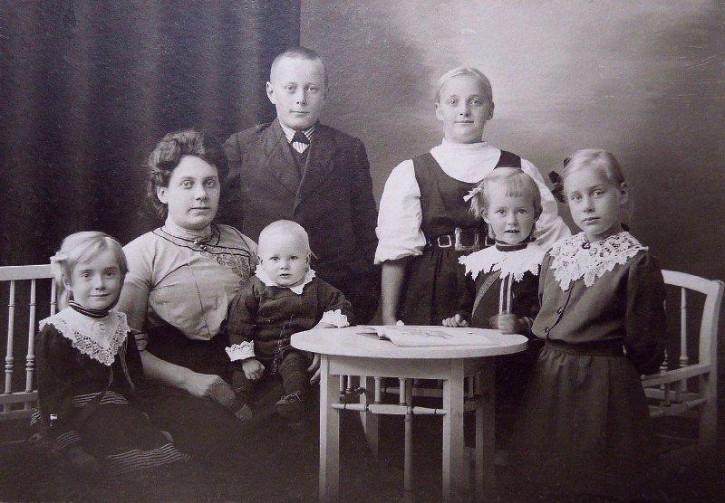 Фото: Ragnar Granit Society/ Семья Гранит. Рагнар на руках у матери.