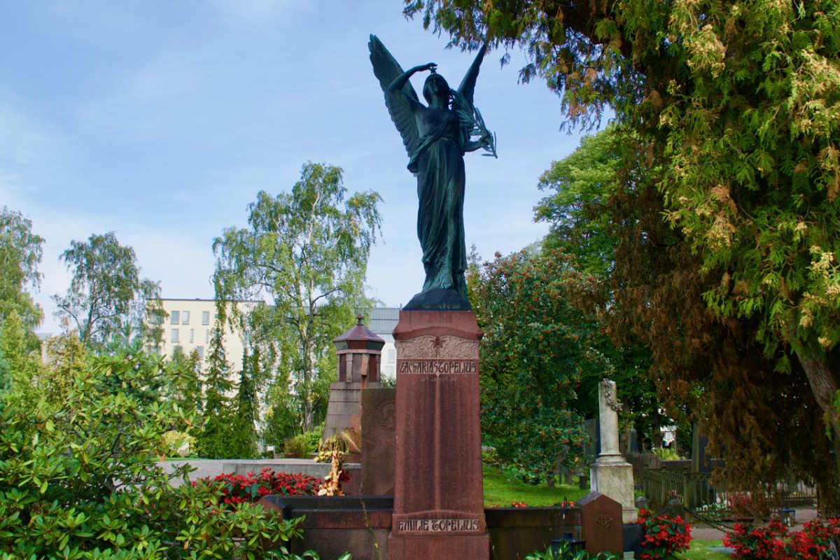 Фото: ScandiNews / Общество «Женщины Финляндии» воздвигли памятник на могиле Топелиуса на кладбище Хиетаниеми