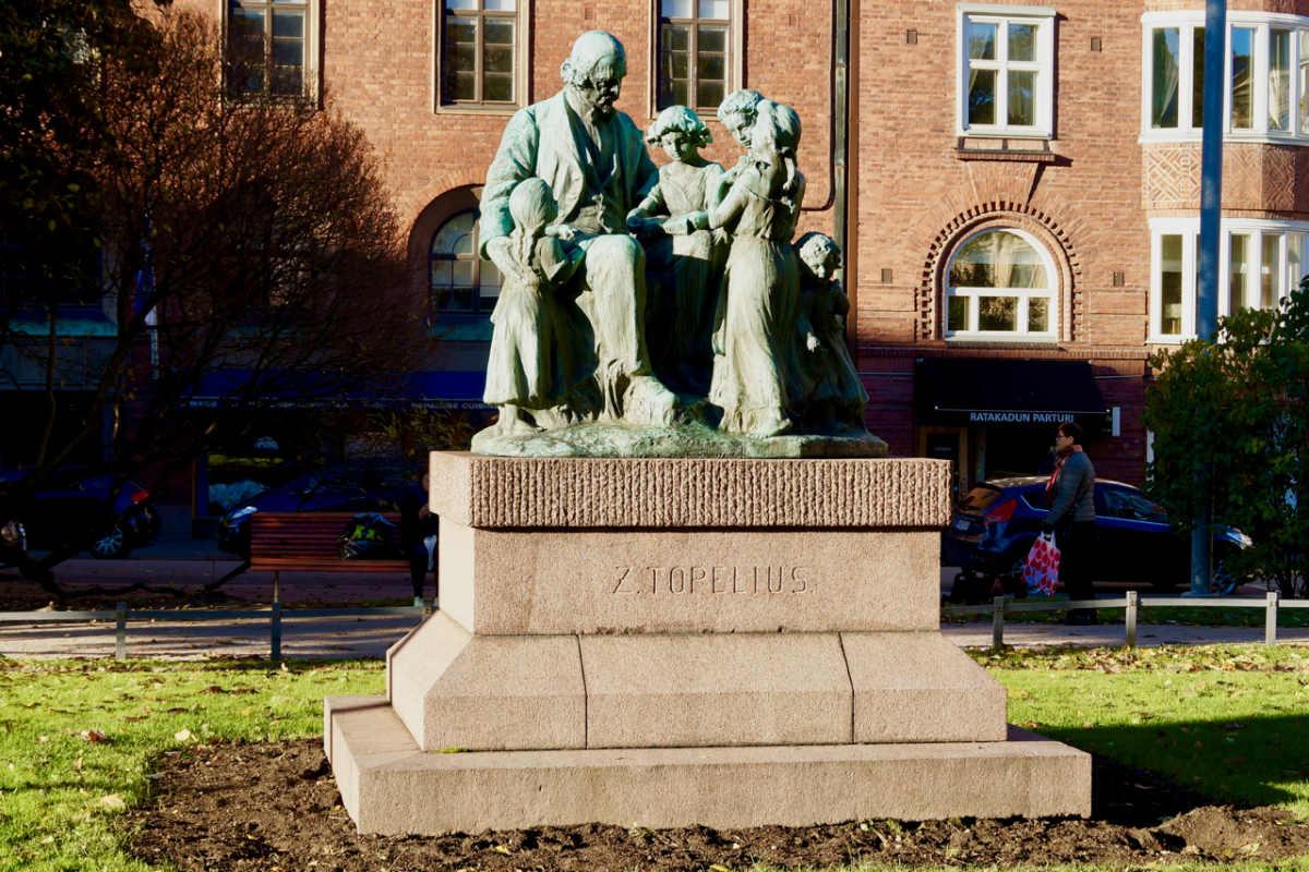 Фото: ScandiNews / Копия скульптуры Вилле Вальгрена «Топелиус среди детей» в Хельсинки