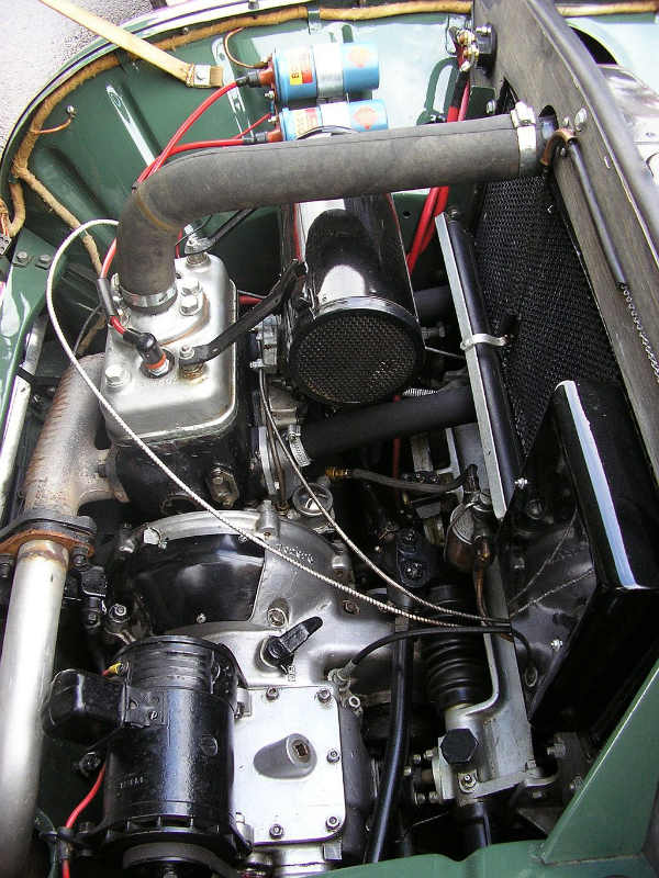 wiki/Моторный отсек от автомобиля SAAB 92 DeLuxe. Снято в Международном клубе Meeting SAAB в 2006 году.