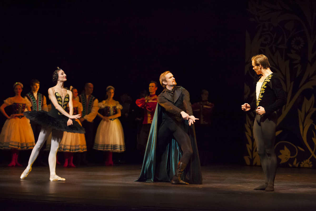Финский национальный балет © 2013 Мирка Kлеемола /Самули Поутанен, Петия Льиева, Эндрю Боумен
