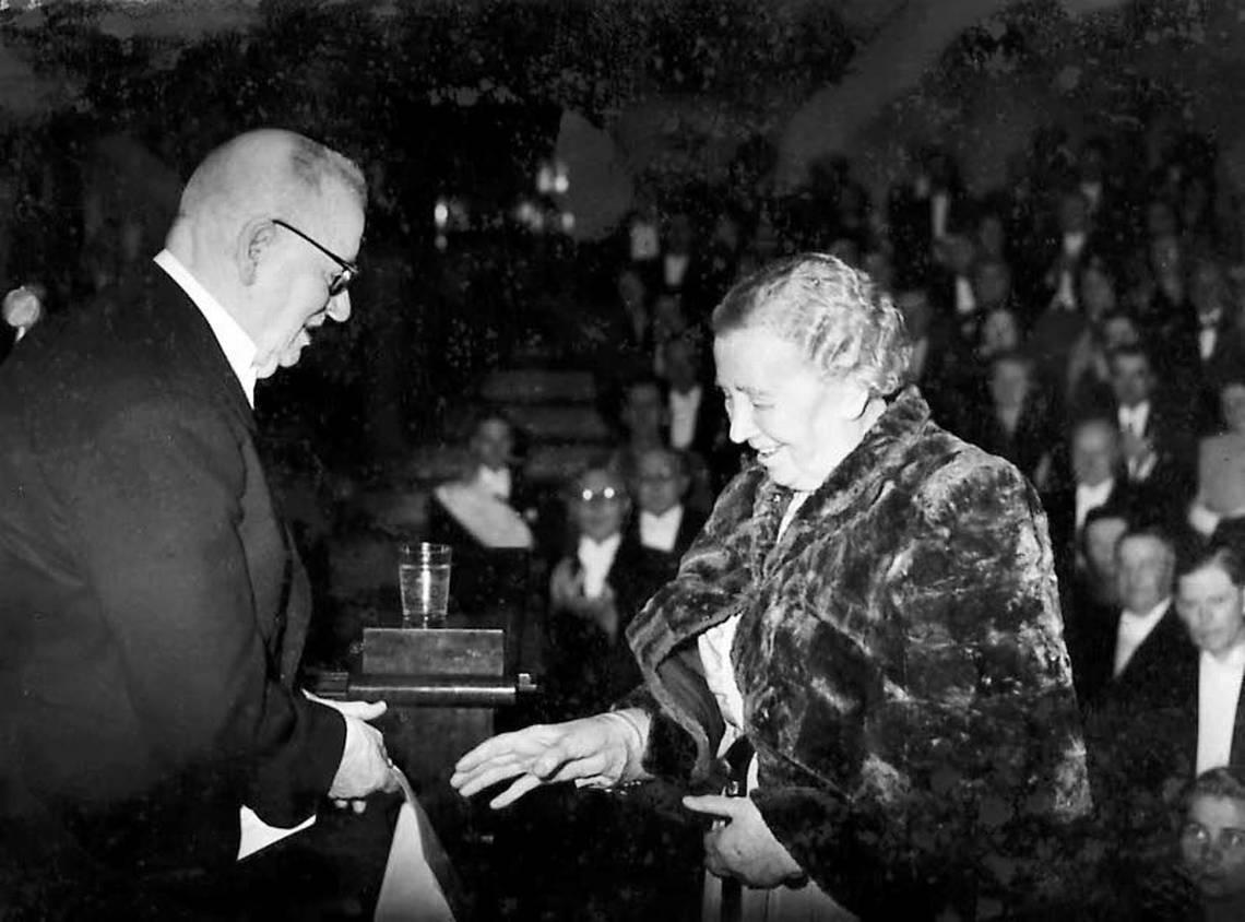 Фото: Общество финской литературы / Президент Финляндии Ю.К. Паасикиви вручает премию Силланпяя от Финского фонда Культуры