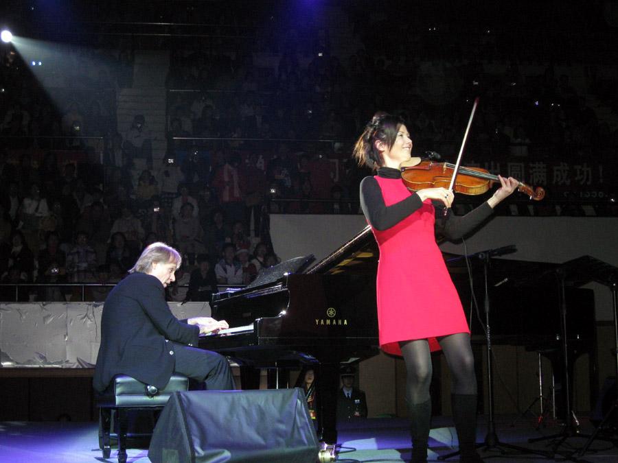 Ричард Клайдерман с супругой Тифани на концерте
