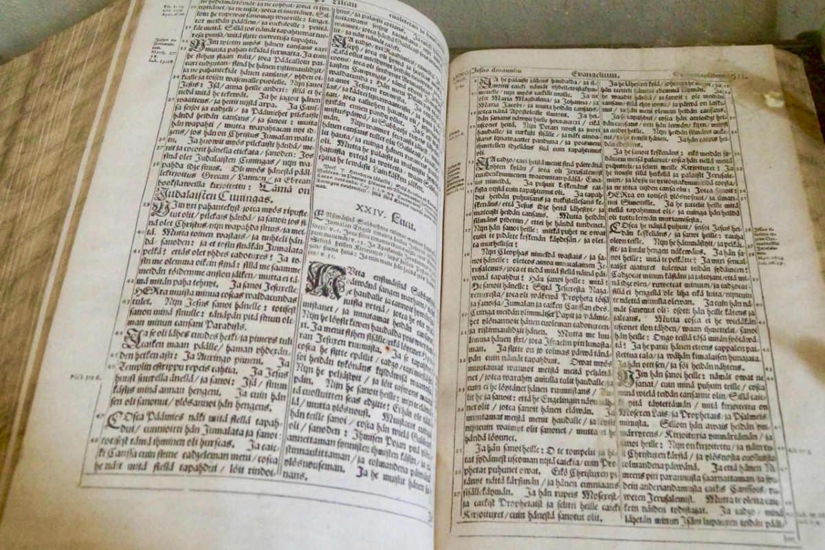 ScandiNews/Библия на финском языке в церкви на Архипелаге Турку