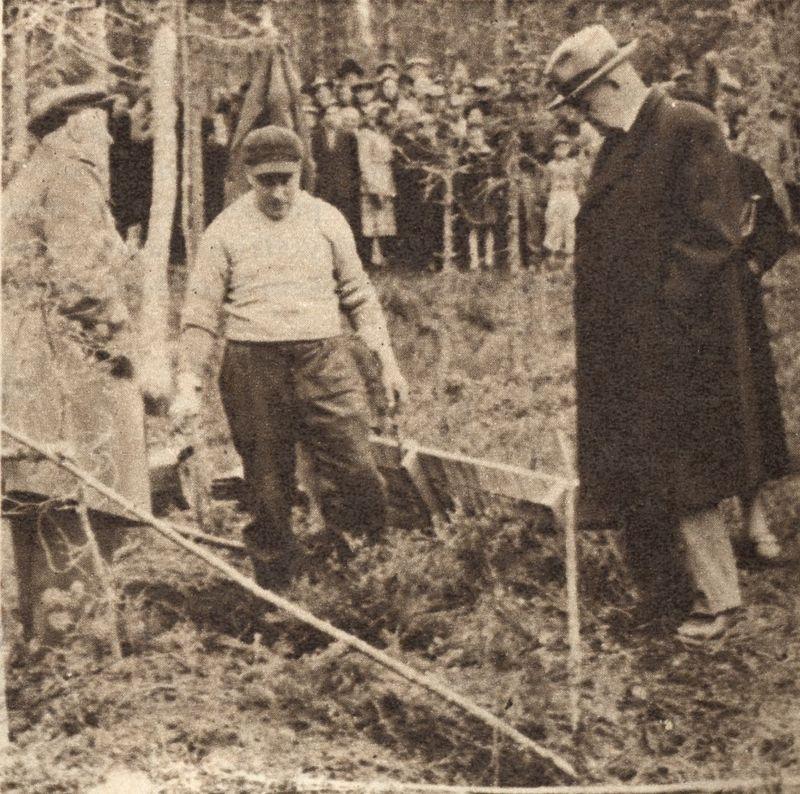 Уездный врач Онни Хокканен на месте захоронения Кюлликки Саари. Фото из газеты Suomen kuvalehti N-43 24.10.1953 года