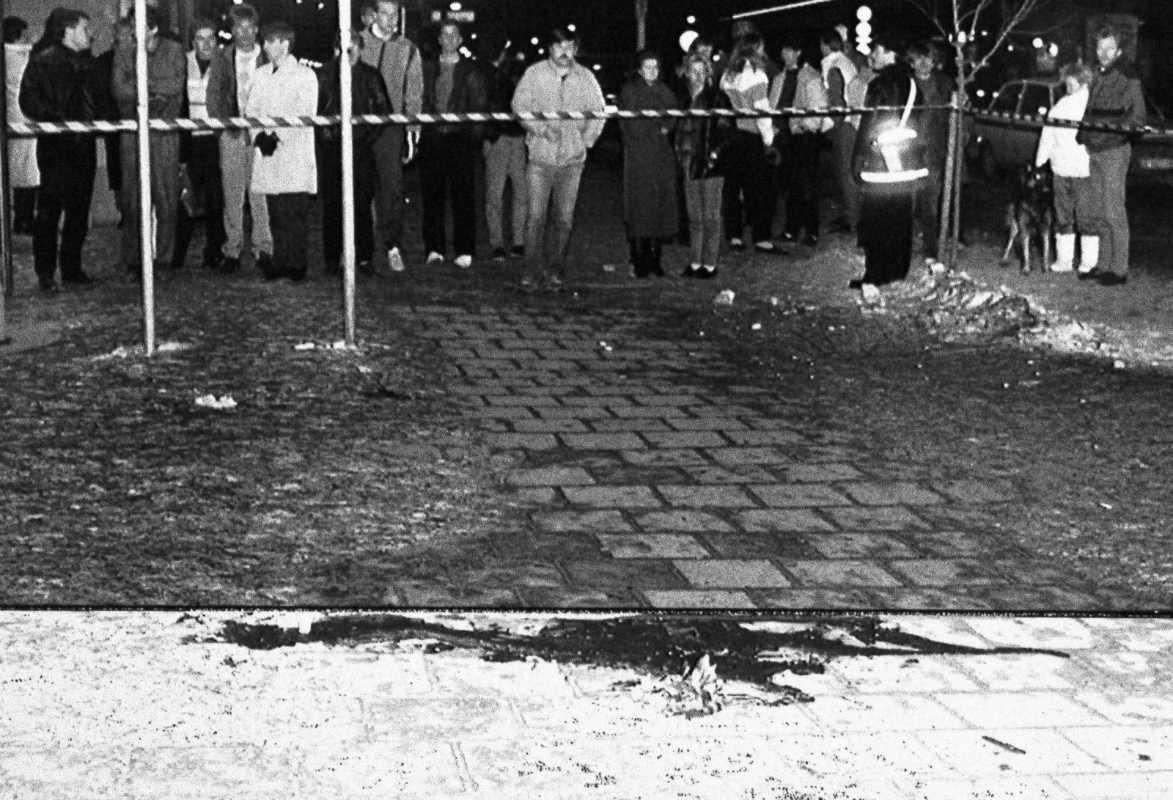 Фото: AP Photo / Borje Thuresson. Кровь на тротуаре в Стокгольме, где был убит незадолго до полуночи в пятницу 1 марта 1986 года премьер-министр Швеции Улоф Пальме