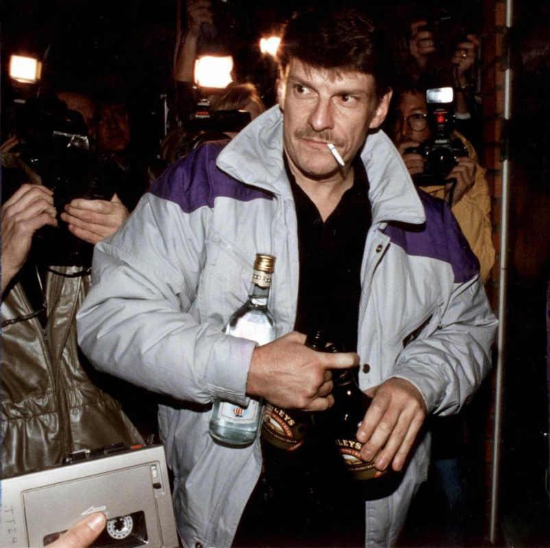 12 октября 1998 года Кристер Петтерссон прибыл в свою квартиру в пригороде Стокгольма в Соллентуне после того, как его оправдали по апелляции за убийство шведского премьер-министра Улофа Пальме в 1986 году. Андерс Холмстром / AFP / Getty Images