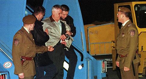 Бывший югославский киллер Винко Синдич прибыл на самолете в аэропорт Загреба в 1998 году. Его посадили в тюрьму за покушение на политическое убийство, и он утверждал, что знает убийцу Пальме