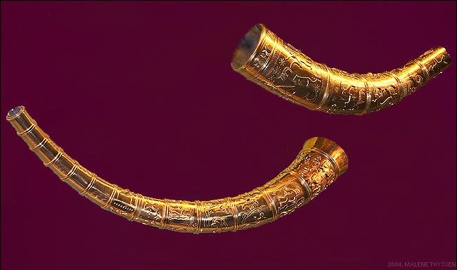 Копии Золотых рогов из Галлехуса, выставленные в Национальном музее Дании