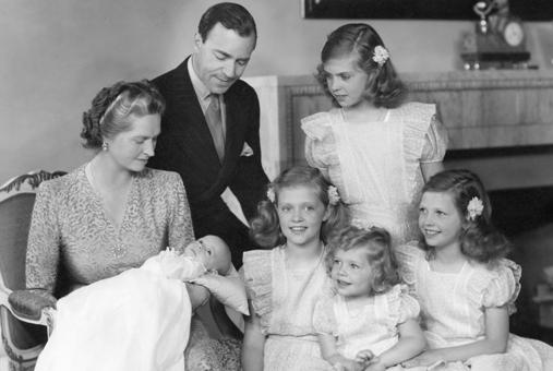 Новорожденный король Карл Густав V в окрежении родителей и сестер.1946 г.