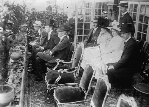 Королевская семья во главе с Густавом V на церемонии открытия Игр