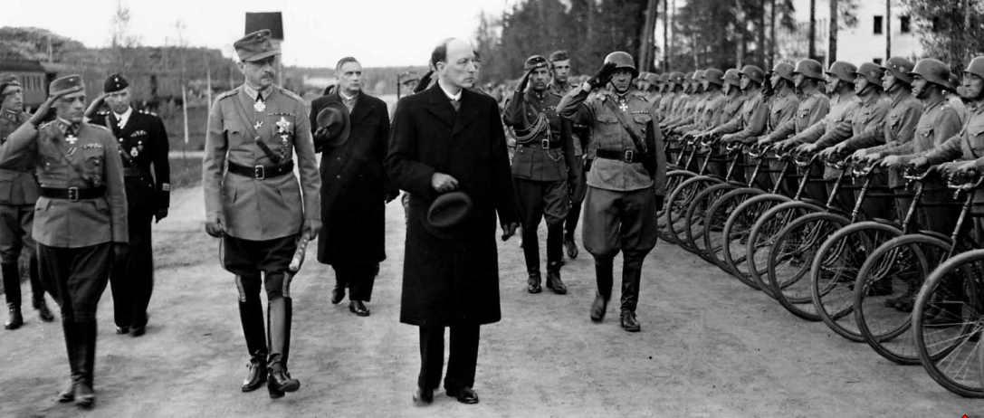 Фото: wikipedia.org /Маршал Финляндии Густав Маннергейм и президент Финляндии Ристо Рюти инспектируют войска перед парадом 4 июня 1944 года