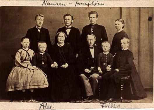 Фото: W. Cappelen - Nasjonalbiblioteket / National Library of Norway/ Семья Ф. Нансена. Фритьоф Нансен — второй справа.