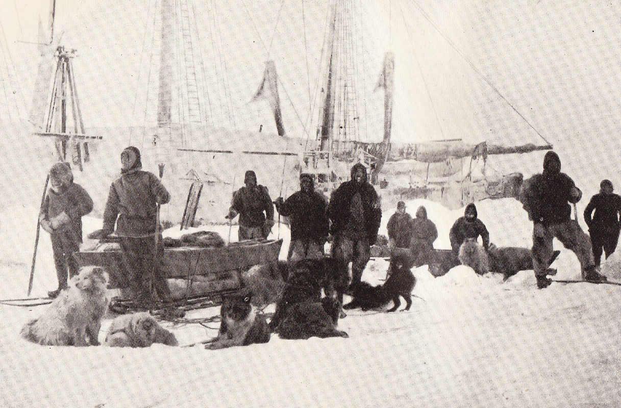 Фото: wikipedia.org/ Ф.Нансен/ Третий и окончательный старт Нансена и Йохансена 14 марта 1895 года. Нансен — второй слева, Йохансен — второй справа