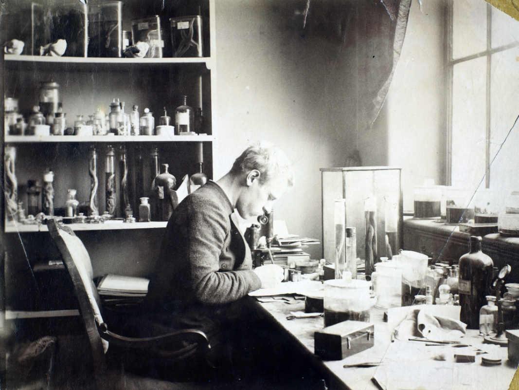 Фото: National Library of Norway/ Нансен за работой в лаборатории Бергенского музея, приблизительно 1882-1888 гг.