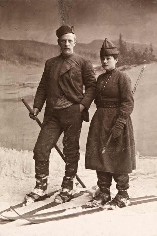 Фото: L. Szacinski - Nasjonalbiblioteket / National Library of Norway / Фритьоф и Ева Нансены. Ева в лыжном костюме собственного изобретения. Постановочная фотография 1890 года. Хорошо видно, что в XIX веке использовалась только одна лыжная палка