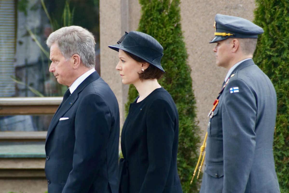 Фото: Copyright © «ScandiNews» / Президент Саули Нийнистё с супругой Йенни Хаукио на прощальной церемонии с бывшим президентом Мауно Койвисто. Хельсинки. 25 мая 2017 года