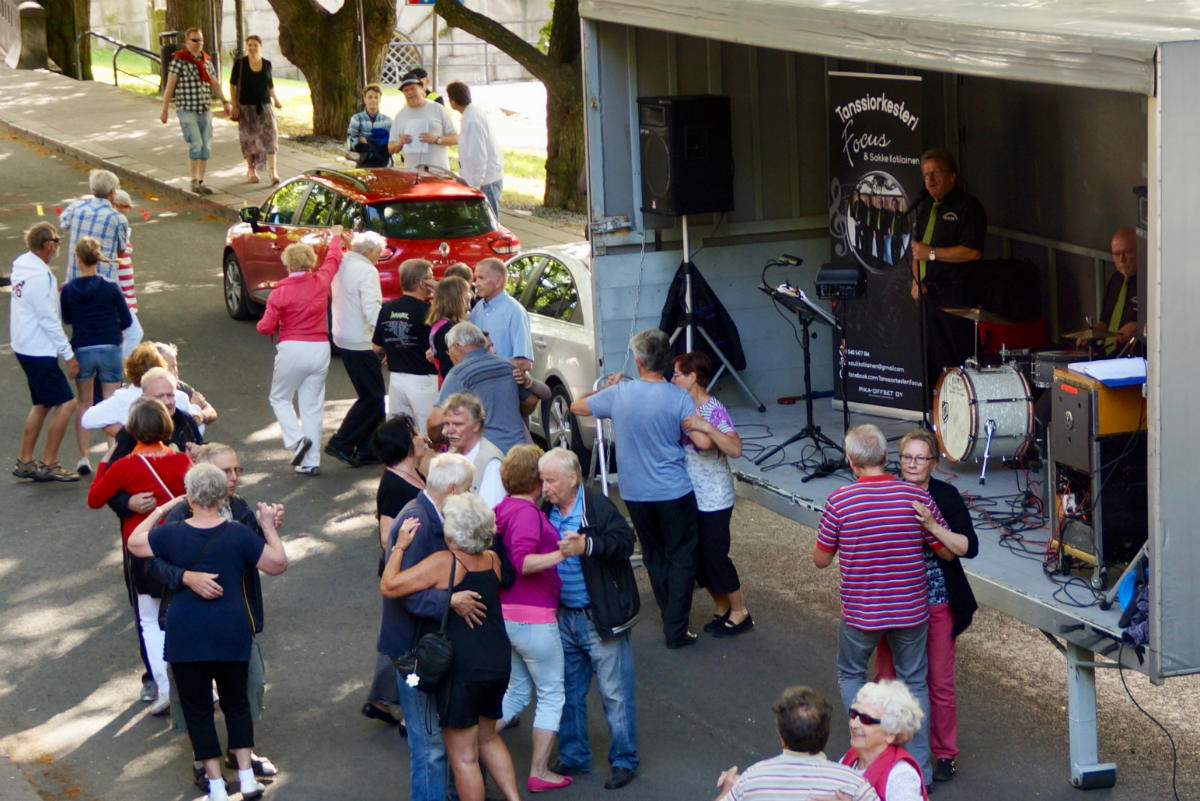 Фото: ScandiNews / Танцы на улицах города