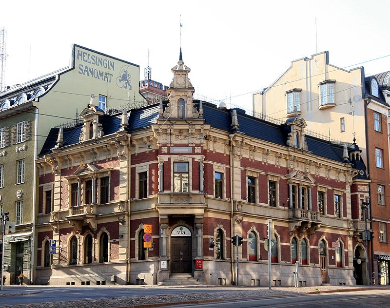 Дом на углу улиц Людвигинкату,10 и Эроттаянкату, 13 в Хельсинки