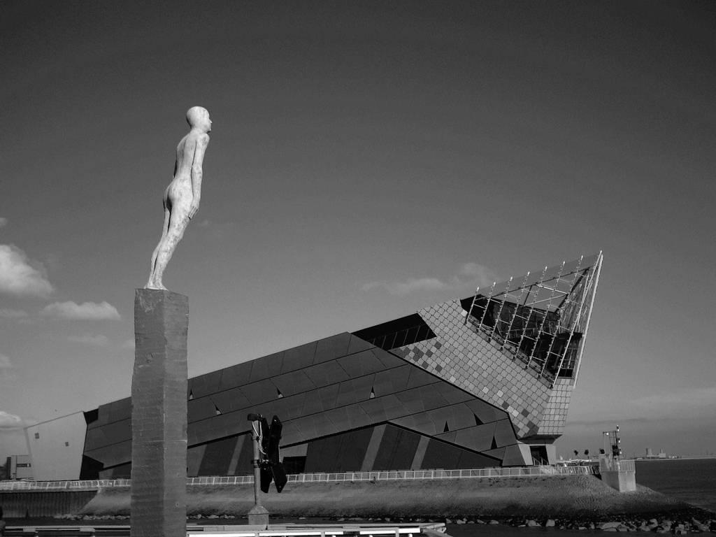 Статуя в честь тресковой войны 70-х. Рейкьявик.